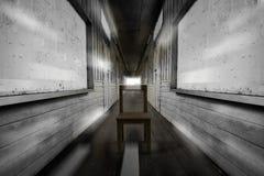 Стул в середине тайского винтажного коридора школы путешествуя однако время к где-то яркому свету Стоковое фото RF