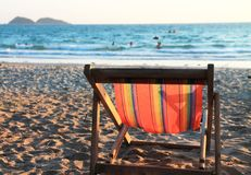Стул гамака на песке и море Стоковые Изображения