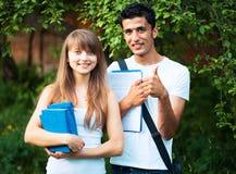 2 студента изучая в парке Стоковая Фотография RF