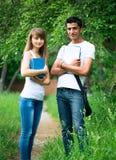 2 студента изучая в парке Стоковые Фотографии RF
