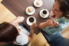 2 студента имея чашку кофе Стоковая Фотография RF