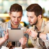 2 студента используя таблетку Стоковое Изображение