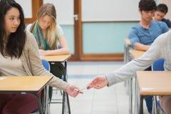 2 студента обжуливая в классе Стоковое фото RF