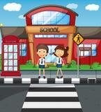 2 студента пересекая дорогу перед школой иллюстрация вектора