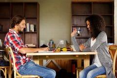 2 студента работая совместно дома Стоковые Изображения