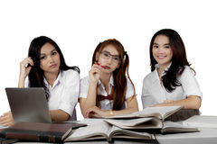 3 студента средней школы изучая совместно Стоковые Фотографии RF