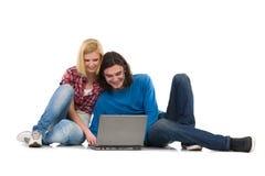2 студента с компьтер-книжкой Стоковые Изображения RF