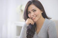 Студентка портрета азиатская дома близкий портрет вверх стоковые фотографии rf
