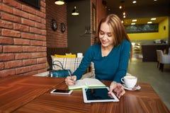 Студентка проверяет электронную почту на цифровой таблетке стоковое изображение rf