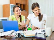 2 студентки изучая дома Стоковая Фотография RF