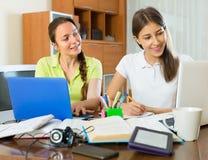 2 студентки изучая дома Стоковые Фото