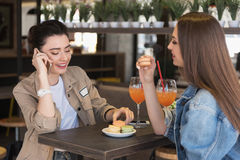 Студентки сидя в кафе Стоковое Изображение RF
