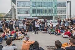 Студенты внутри здания агенства образования в милане, Италии стоковая фотография rf