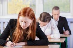Студенты во время экзамена стоковые фотографии rf