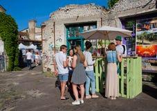 Студенты выпивая на открытом баре обломока Стоковые Фото