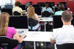 Студенты в типе компьютера стоковое изображение rf