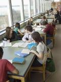Студенты в читальном зале стоковая фотография