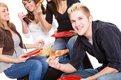 Студенты: Гай голодное для закуски пиццы Стоковое Изображение RF
