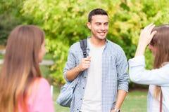 Студенты говоря в парке стоковое фото
