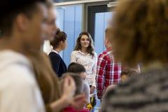 Студенты говоря в школе стоковые фото