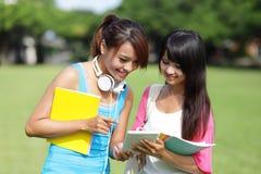 Студенты девушки используя ПК таблетки Стоковая Фотография