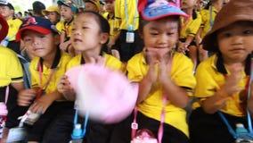 Студенты детского сада посещают зоопарк видеоматериал