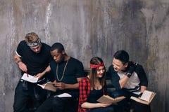 Студенты делая их домашнюю работу совместно Стоковое Фото