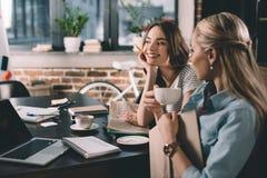 Студенты женщин имея переговор пока изучающ совместно Стоковое фото RF