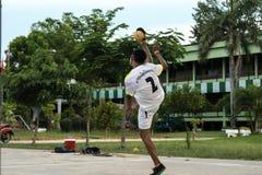 Студенты играют takraw sepak стоковые фото