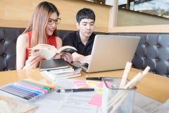 студенты изучая совместно Стоковое Фото
