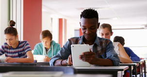 Студенты используя цифровые таблетки в классе акции видеоматериалы