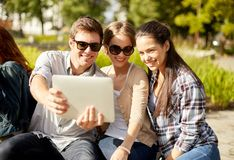 Студенты или подростки с портативными компьютерами Стоковая Фотография RF