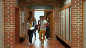 Студенты идя вниз с прихожей к шкафчику акции видеоматериалы