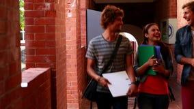 Студенты идя вдоль беседовать прихожей Стоковая Фотография RF