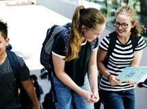 Студенты идя и говоря единение Стоковые Изображения