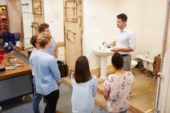 Студенты колледжа изучая трубопровод работая на Washbasin стоковые фото