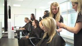 Студенты колледжа педагогическия в классе парикмахерских услуг сток-видео
