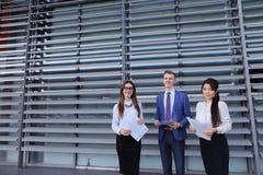 Студенты молодого предпринимателя 3 современные, образованные, парень и 2 Стоковое Изображение RF
