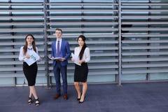 Студенты молодого предпринимателя 3 современные, образованные, парень и 2 Стоковая Фотография