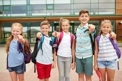 Студенты начальной школы указывая палец на вас стоковые фото