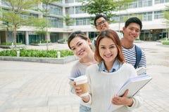 Студенты на кампусе Стоковое Фото