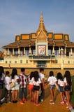Студенты на комплексе виска Пномпень Стоковые Изображения