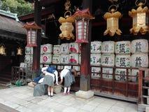 Студенты на святыне Kitano Tenmagu, Киото, Японии стоковое фото