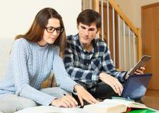 Студенты парень и девушка подготавливая для экзамена совместно стоковое изображение rf