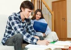 Студенты пар серьезные подготавливая для рассмотрений совместно Стоковое Фото