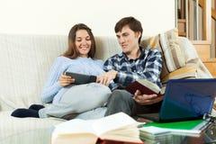 Студенты пар усмехаясь подготавливая экзамены Стоковое Изображение RF