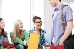 Студенты связывая и смеясь над на школе Стоковая Фотография RF