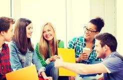 Студенты связывая и смеясь над на школе Стоковые Фото