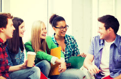Студенты связывая и смеясь над на школе Стоковая Фотография