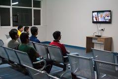 Студенты смотря телевидение Стоковое фото RF